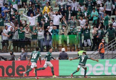 Raphael Veiga de Palmeiras célèbre son premier but avec Rony et Luiz Adriano le 17 octobre 2021
